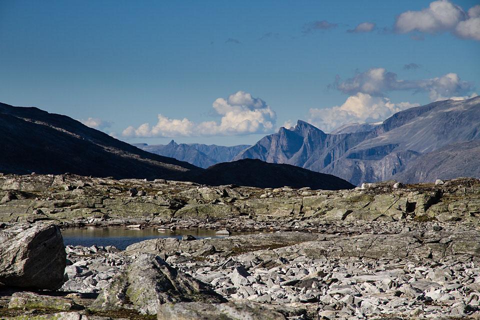 Naturen er vill og terrenget krevende høyt i Ekesdalsfjella. Her utsikt mot nord og Sunndsalsfjella.
