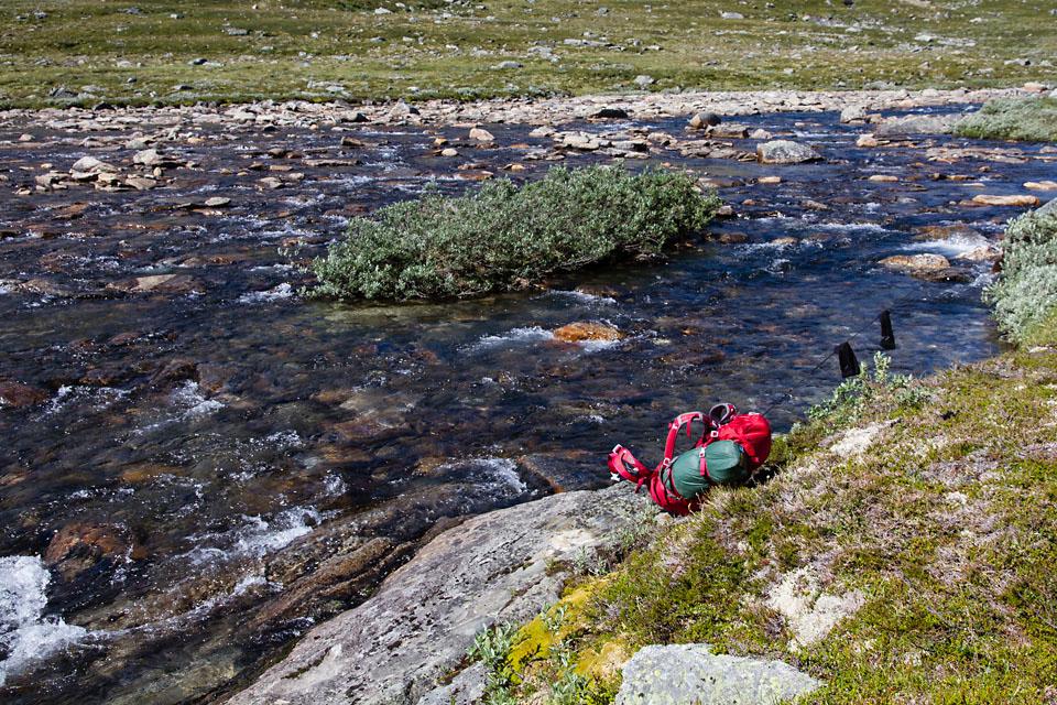 Tørking av sokker etter et behagelig avkjølende vad av Stordalsåa.