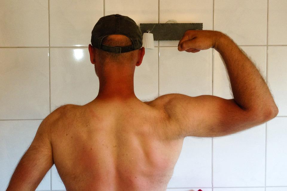 Sommerkroppen 2014: Bygd for daglig bruk med sekk. Det er vel dette som kan kalles Redneck og Farmers Tan...