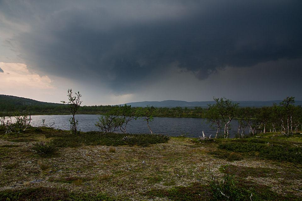 Jeg rekker akkurat frem til Guomojavrrit før himmelen åpner seg.