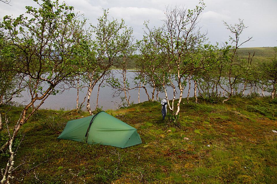 Jeg lar teltet tørke en halv time etter tordenbygen.