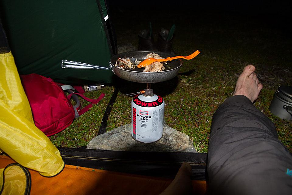 Kveldsmat i teltet.