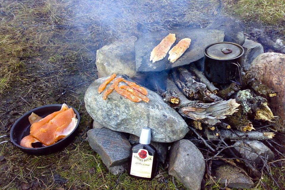 Sommeren 2008 brukte vi sommerferien til å gå mot sør fra Nordkapp. 2 måneder på loffen. Sekken var pakket med en stor pose mat. Smør, sitronpepper, ris og en månedsrasjon med Snickers om fiskelykken ikke skulle slå til hver dag. Det ble mye fiske den sommeren i nord.