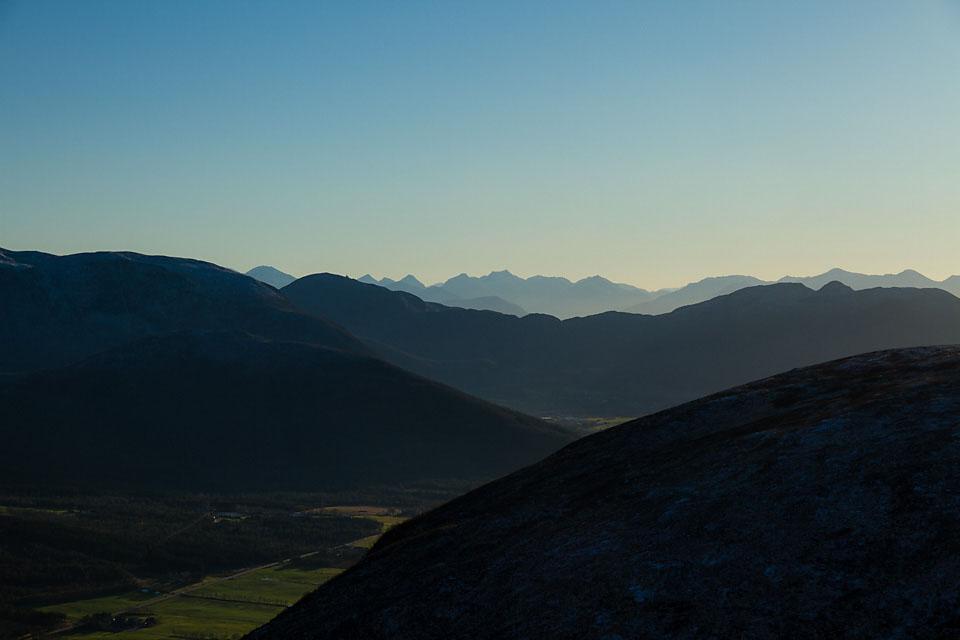 På vei ned skimtes fjellene i Moldepanoramaet bak siste blåne.