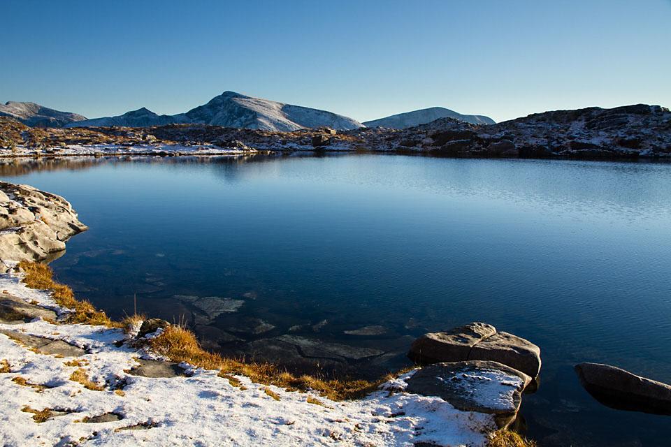 Ute i dagslyset går turen videre opp til Trollkyrkjevatnet. På andre siden av dalen ligger Kvannfjellet og minner om at snart er det skiføre.