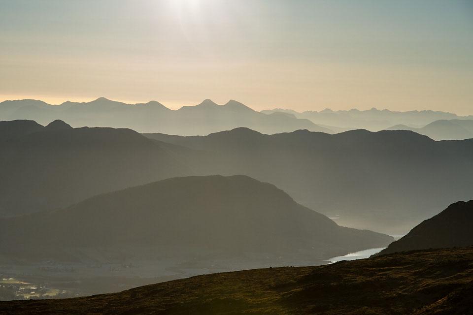 Dis, lav sol og motlys viser Moldefjella og Moldepanoramaet som blåne etter blåne.
