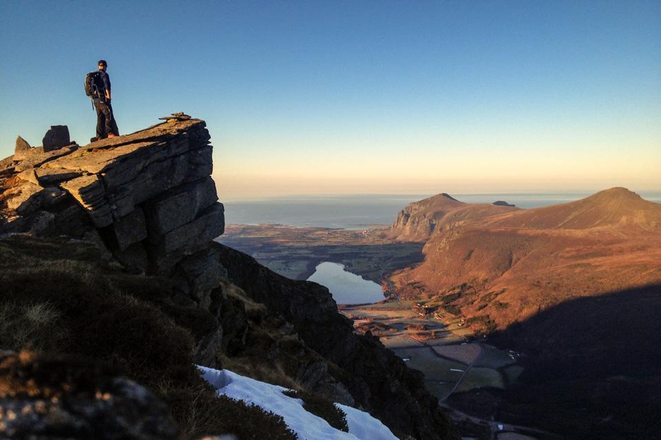 Fra toppen er det åpen utsikt mot Melen, Stemshesten, Farstad og Hustavika. Island neste stopp.
