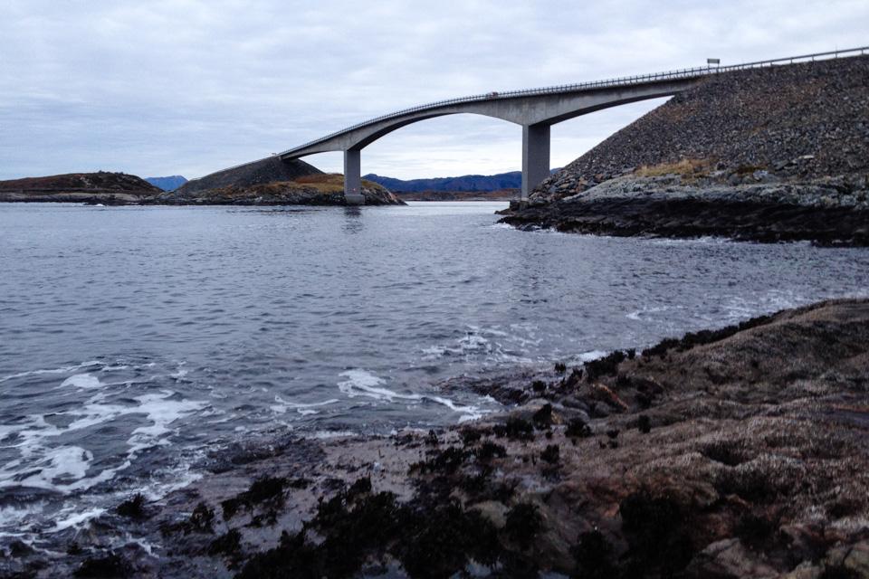 Ved Storseisundbrua og fiskebrua på Atlaterhavsveien er det neste garanti for fangst. På Novembers siste dag ble det utallige småsei og en fin lyr fra berget.