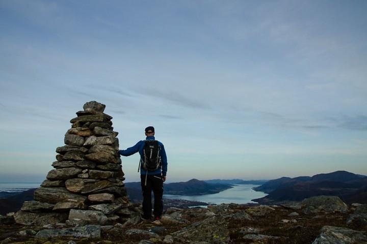 Fra varden på Nonshaugen er det god utsikt mot Eide, Averøya og Kvernesfjorden.