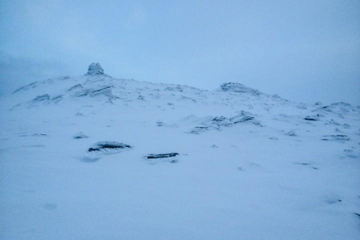 Avblåst og flatt lys på toppen av Kvannfjellet (980 moh). Med gule glass på skibrillene får 800 høydemeter ned igjen likevel frem godfølelsen.
