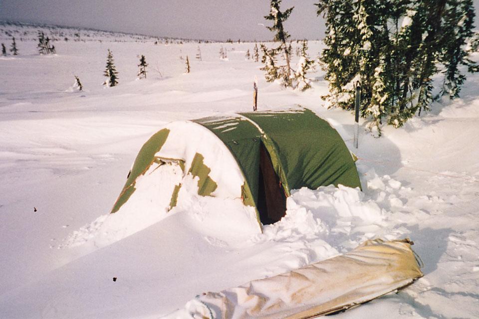 Mitt første skikkelige telt var et Helsport Børgefjell 3 Camp. Her etter en forblåst natt på Hedmarksvidda ca 1999.