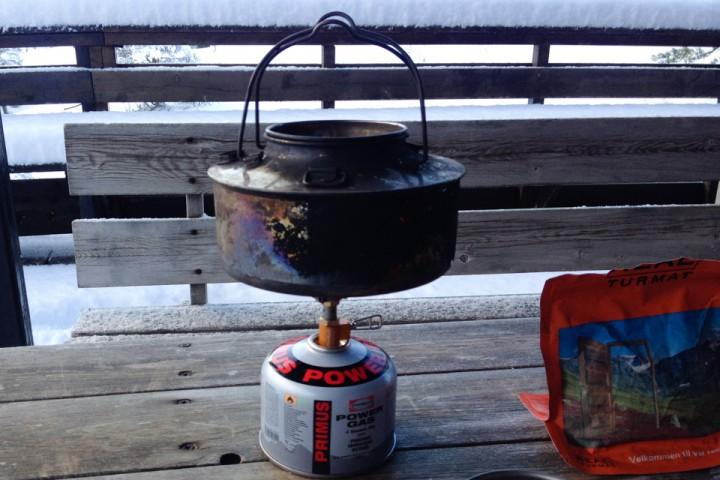 Selv om det er utenfor hva en slik brenner er beregnet for er den stabil nok til en stor kaffekjele. Flammen blir imidlertid litt for konsentrert.