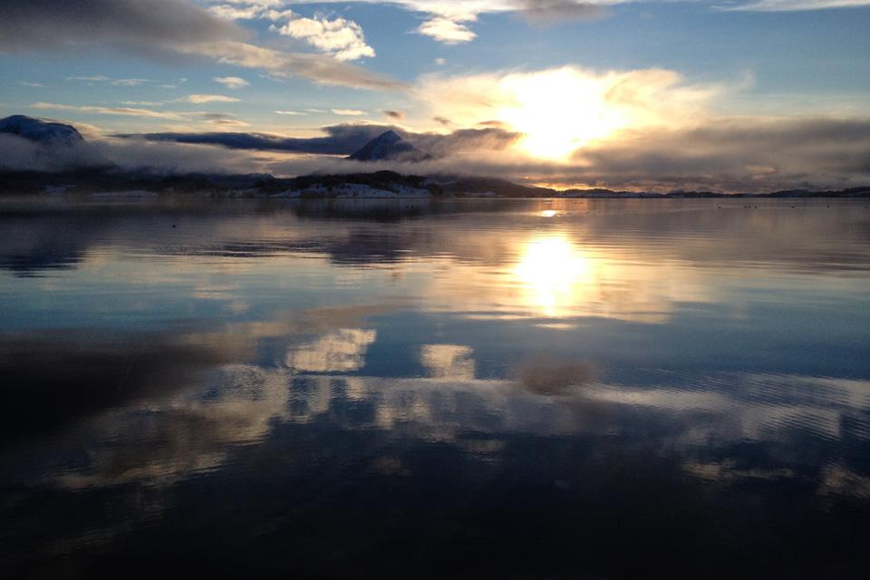 Gjendemsfjellet og fjorden hjemme på en dag da det klarnet opp mot kvelden.