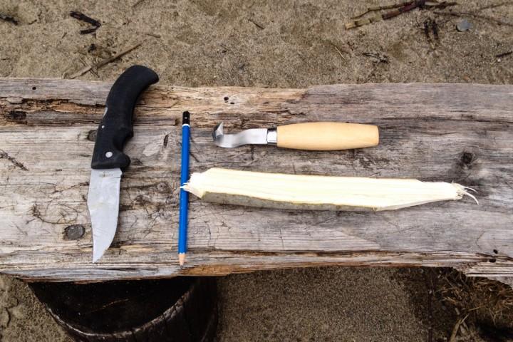 Redskap for å spikke en skje: Kniv, Utskjæringskniv, blyant for å tegne omriss og en passe tykk grein.
