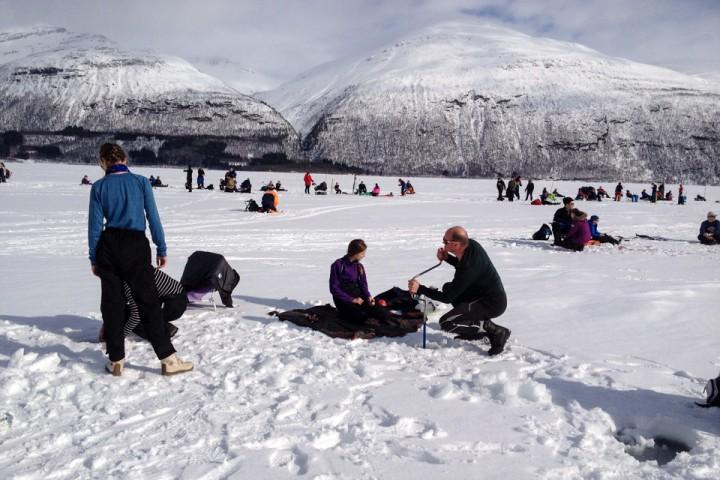 Cato hadde med døtrene og en Venninne ut på isen, så det ble noen hull å bore.