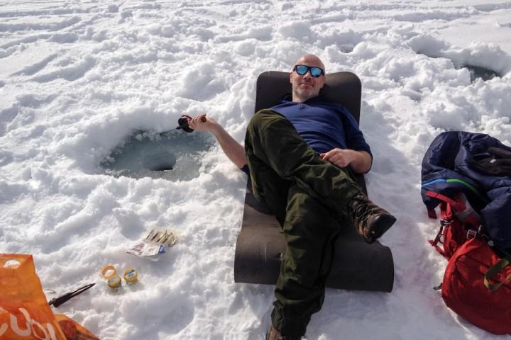 Når en kan ligge i påskesola og fiske, ja så er isfiske en trivelig aktivitet. Det ble mest kaffe og prat.