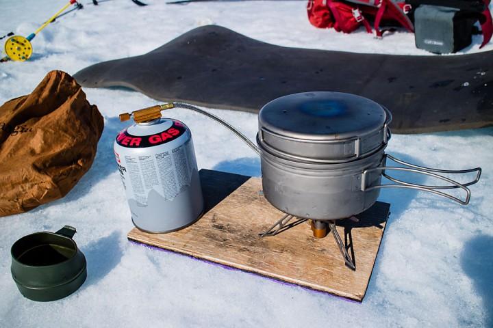 Det er viktig med jevn forsyning av kaffe når en ligger på isen. Fire Maple FMS-117T og Fire Maple Horizon 1 kjelesett fra Allrando.no