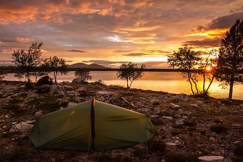 Det har blitt mange teltplasser i Femundsmarka opp gjennom årene, som denne kvelden ved skogtjønna i 2013.  Telt: Terra Nova Laser Competition 2