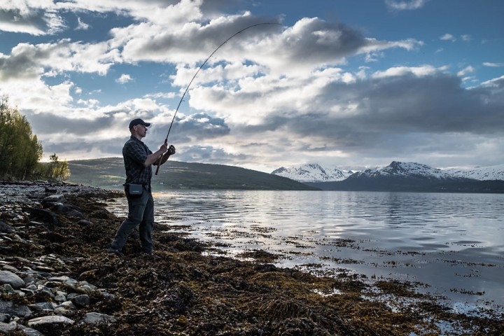 Det er viktig å demonstrere hvor fisken står når en leker fiskeguide. Legg merke til kameravesken. Vantett veske festet med to små karabinere i buksehempene. Kameraet er lett tilgjengelig, samtidig som vesken ikke er i veien mens jeg fisker.