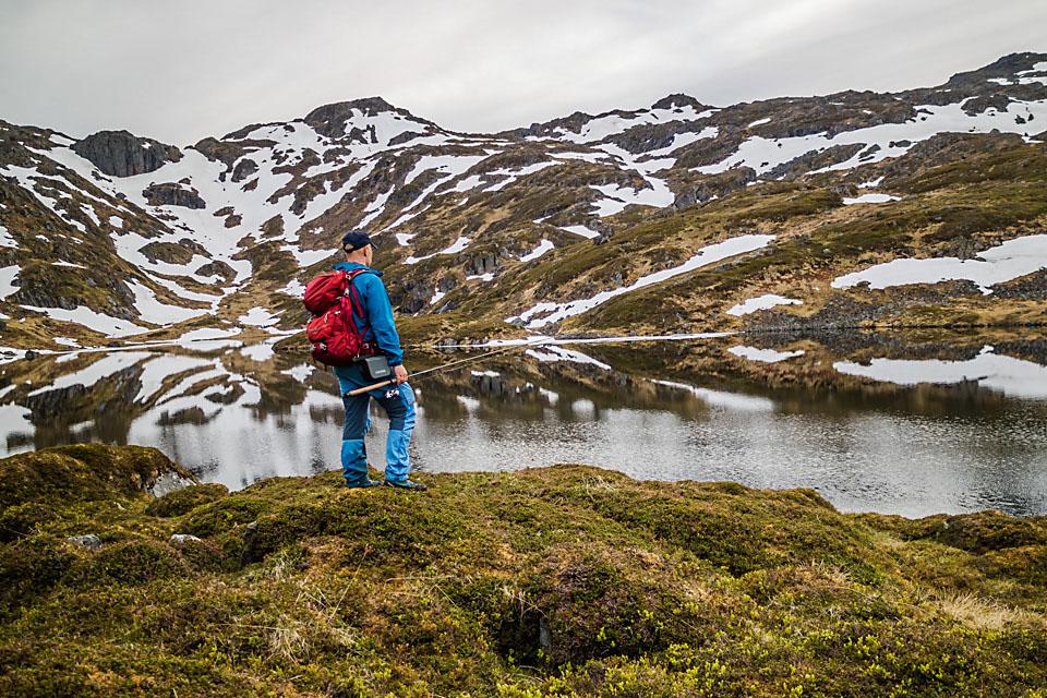På Jutulvatnet lå det is ved kanten innerst, og fisken var så sky at vakene forsvant med en gang sluken landet i vannet.