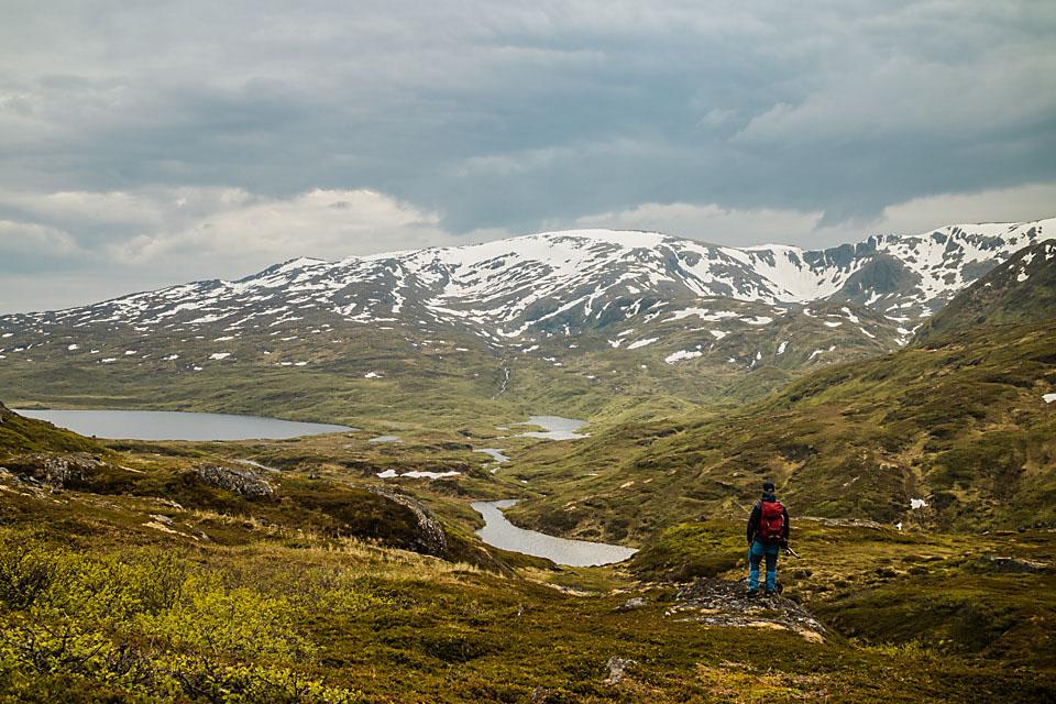 På vei ned mot fjorden fra Gjertrudvatnet mot Offervatnet.