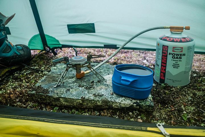 Med regnet tromemnde mot teltduken blir det gjerne et par timer ekstra med kaffekoppen dampende på morgenen.