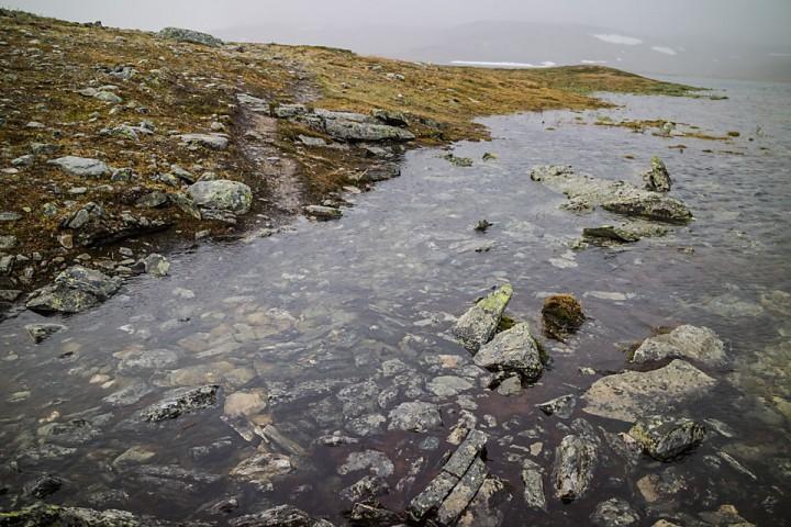Ikke lett å følge stien når vannstanden er stor.