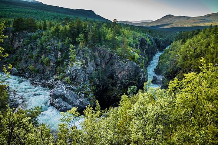 Anjavassjohka fosser gjennom Canyonen ovenfor samløpet med Divielva.