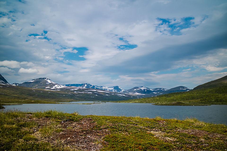 Etter en kjølig sommer lå det fortsatt mye snø i fjellene. Med fortsatt snøsmelting og kjølig vann hadde jeg håp om fisk selv så sent på sommeren.