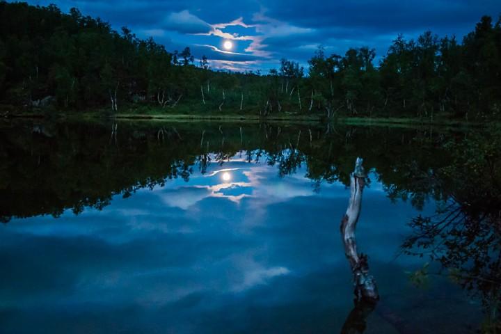 En fullmånekveld ved et lite tjern ved Dødesvatnet.