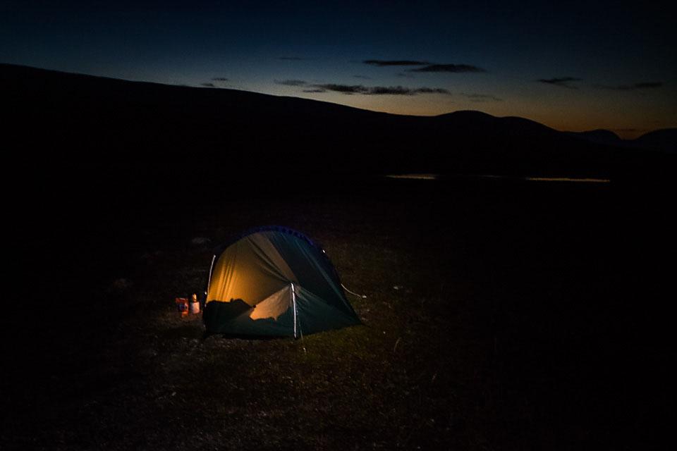 Høstmørket kommer fort, så før teltet var oppe måtte hodelykten frem.