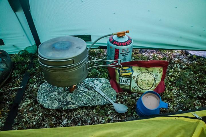 I telt er det lurt å legge en liten flat stein under brenneren.