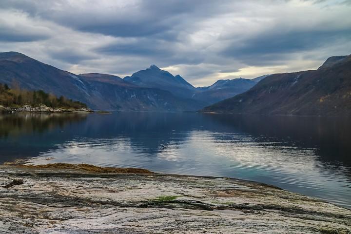 Om ikke fisken biter er det greit med slik utsikt i kaffepausen. Men ikke mye som tyder på snarlig skiføre i Eresfjordfjella eller på Skjorta dessverre.