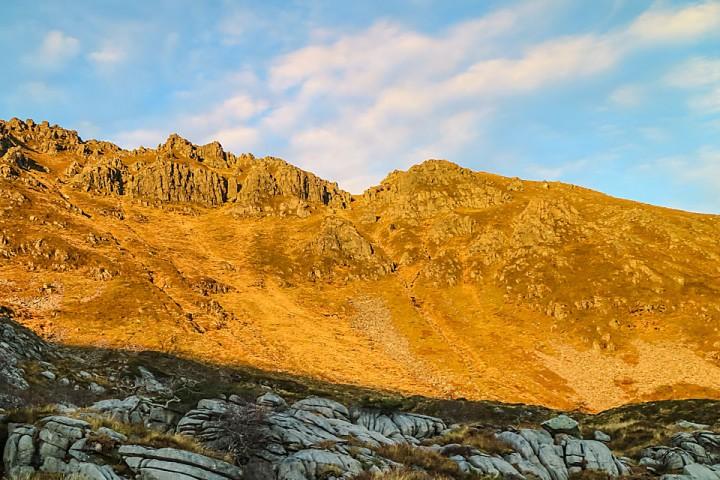 Trolltindane og renna til høyre for toppen sett fra Trolldalsvatna