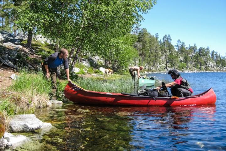 Kim, Pål og Torkel gjør seg klar til å padle mot Sverige.
