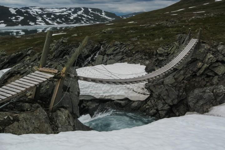 Vinteren hadde herjet hardt med hengebroa i Sulitjelmafjellene.