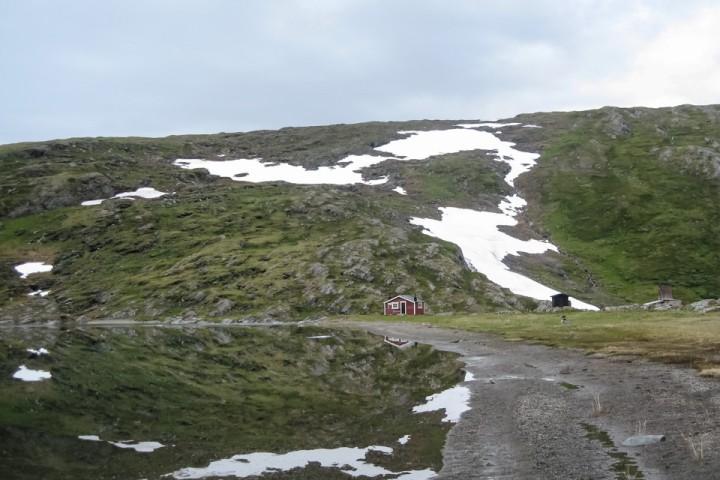 Sårjåsjaure fjellstuga ligger fint til.