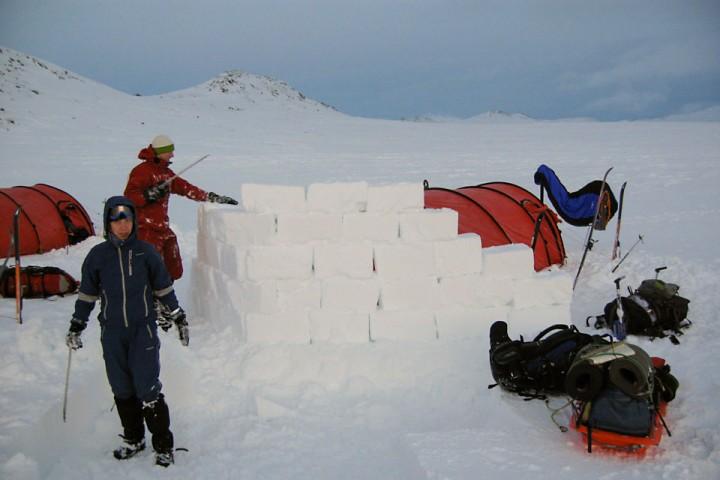 Med en god snøsag er det raskt og effektivt å bygge en solid levegg.