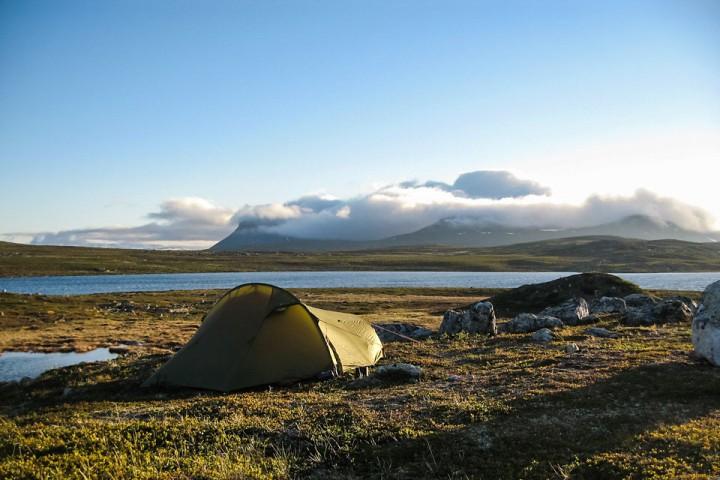 Teltet ved et av De norske vannene langs Finlands del av Nordkalottruta.