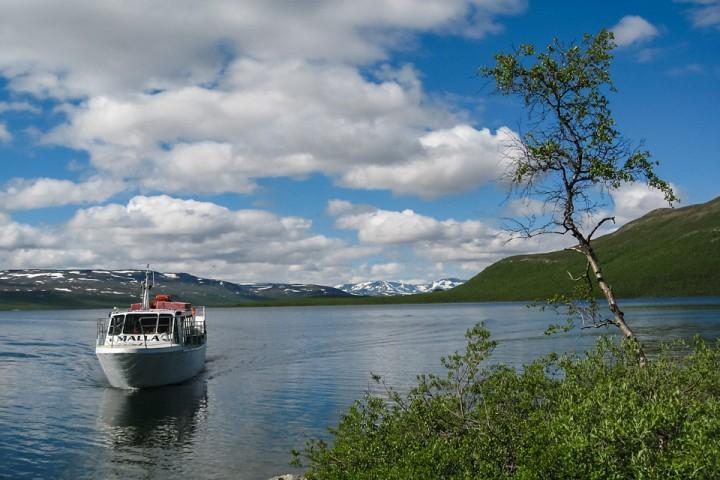 Båten over Kilpisjärvi til stistart mot treriksrøysa.