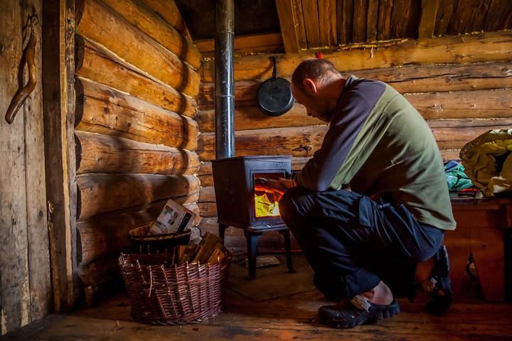 En gammel Jøtulovn sørger for varme i koia.