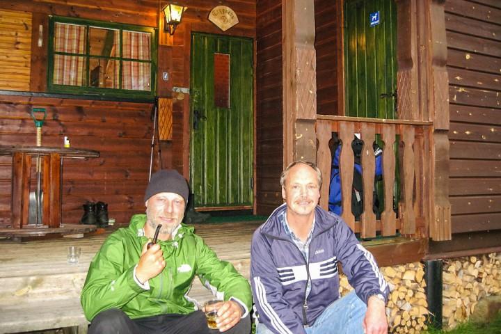 Hugh spanderte en dram på trappa av Trygvebu siste kvelden på tur.