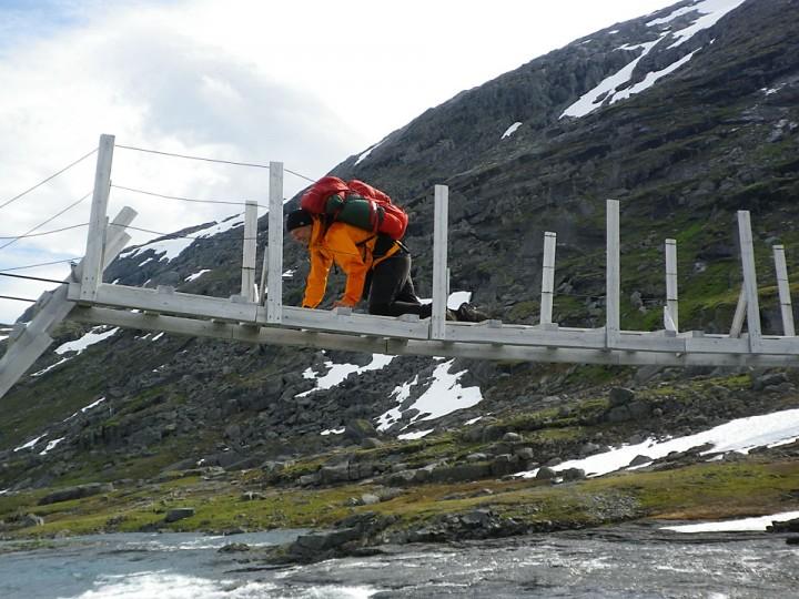 En ulempe med å være flere på tur er at også turselskapet har med seg fotoapparat og kan forevige en noe pinglete teknikk for kryssing av hengebroer. -Foto Geir Sørumgård