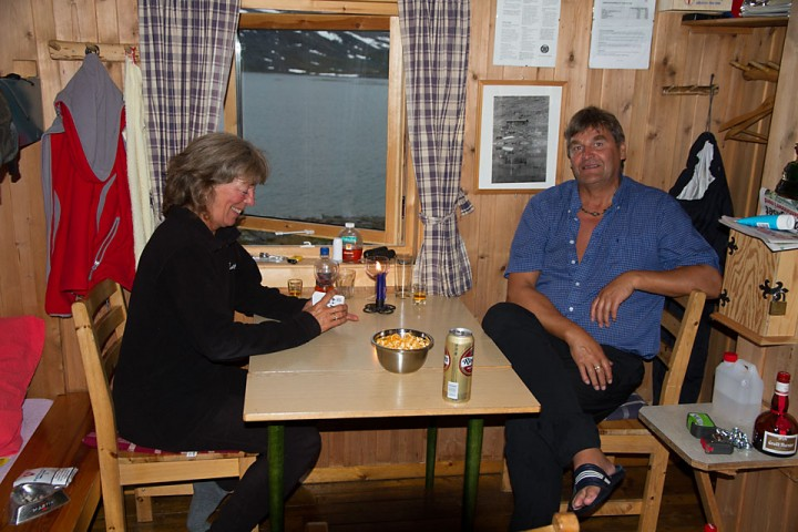 På Gautelishytta i Narvikfjellene spanderte Barbro og Hugne en kald forfriskning.