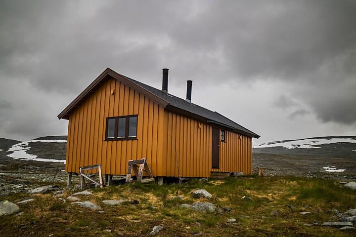 I sommer var det godt å komme inn på Loassuhytta etter et par kalde og regnfulle dager i Nord-Troms.