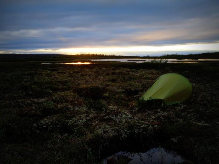 En natt i leira. Midnattssola sørger for lys hele døgnet.