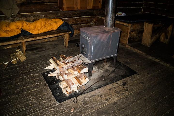 Etter noen runder med lommesaga ligger en liten vedstabel og tørker foran ovnen.