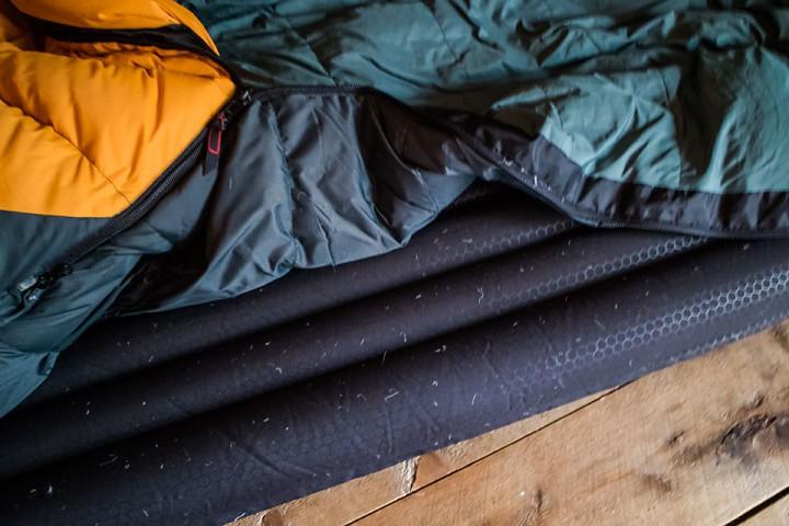 """Med en """"liten"""" dunlekasje på soveposen ser det nesten ut som om jeg har vært på gåsejakt på natta."""