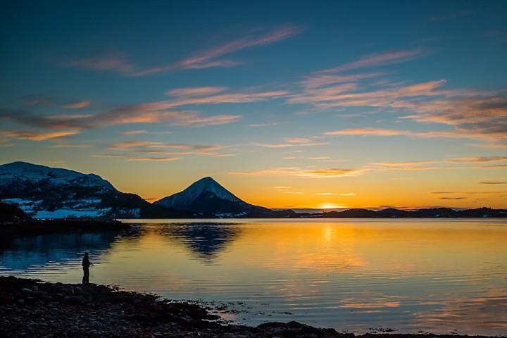 Når dagene begynner å bli lange i mars rekker en både en skitur, og å fiske seg inn i solnedgangen. Skifiske.
