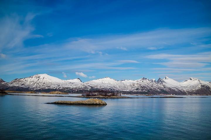 Vindstille og blank sjø mellom Hamn og Berg